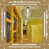 廊下の壁面に千住博画伯の「Warterfall」が飾られています。/みやび矯正歯科医院