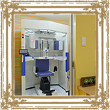 レントゲン室です。少しでも閉塞感が少なくなるよう虹色の壁紙としました。/みやび矯正歯科医院