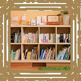 """""""みやび文庫""""です。絵本や漫画、院長厳選のクセの強い本をそろえています。/みやび矯正歯科医院"""
