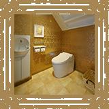 ゆったりとした広さのトイレです。オムツ替えシートも備えています。/みやび矯正歯科医院